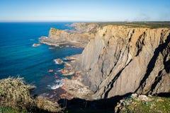 Los acantilados escarpados del arrifana, Portugal fotografía de archivo