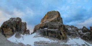 Los acantilados rocosos se elevan en el paso de montaña de Dolomiti di Brenta, Italia Fotos de archivo