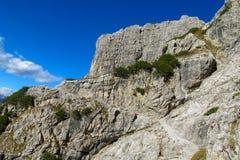 Los acantilados rocosos se elevan en el paso de montaña de Dolomiti di Brenta, Italia Imagen de archivo