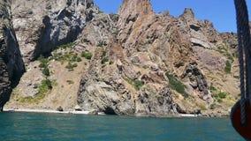Los acantilados rocosos se sacan el plan general Visión desde la nave metrajes