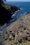 Los acantilados rodean un chanel de la oleada a lo largo de la costa del parque del este de Sooke fotos de archivo libres de regalías
