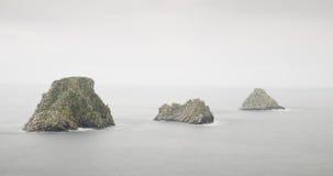 Los acantilados y el mar en un día brumoso o lluvioso Fotografía de archivo