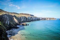 Los acantilados y la costa alinean en Carrick una cuerda del rede Foto de archivo libre de regalías
