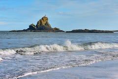 Los acantilados y las formaciones de roca a lo largo de la arena negra Whatipu varan en Huia Fotos de archivo libres de regalías