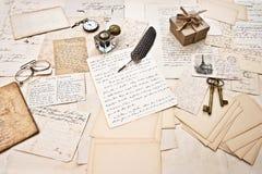 Los accesorios antiguos, las viejas letras y el vintage entintan la pluma Imagenes de archivo