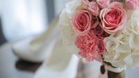 Los accesorios bonitos de la boda se colocan en la tabla barnizada de madera almacen de video