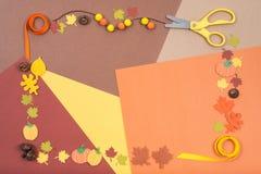 Los accesorios coloridos para el arte del otoño arreglaron en un marco Fotografía de archivo