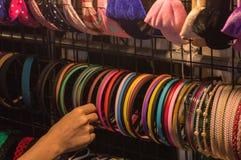 Los accesorios coloridos para el pelo en las mujeres principales embroman niños y al niño Foto de archivo libre de regalías