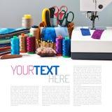 Los accesorios de costura en una cesta y los carretes de hilos al lado de cosen Fotografía de archivo libre de regalías