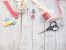 Los accesorios de costura Handcrafted incluyen las bobinas del hilo, tijeras, Fotos de archivo libres de regalías