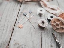 Los accesorios de costura Handcrafted incluyen las bobinas del hilo, tijeras, Imágenes de archivo libres de regalías