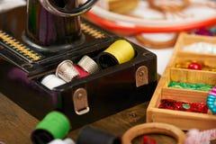 Los accesorios de costura visión superior, lugar de trabajo de la costurera, muchos se oponen para la costura, el bordado, hecho  Fotografía de archivo