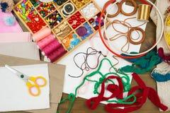 Los accesorios de costura visión superior, lugar de trabajo de la costurera, muchos se oponen para la costura, el bordado, hecho  Fotografía de archivo libre de regalías
