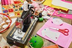 Los accesorios de costura visión superior, lugar de trabajo de la costurera, muchos se oponen para la costura, el bordado, hecho  Fotos de archivo