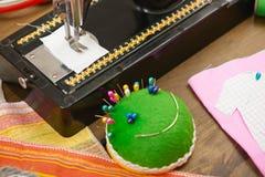 Los accesorios de costura visión superior, lugar de trabajo de la costurera, muchos se oponen para la costura, el bordado, hecho  Foto de archivo libre de regalías