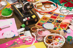 Los accesorios de costura visión superior, lugar de trabajo de la costurera, muchos se oponen para la costura, el bordado, hecho  Imágenes de archivo libres de regalías