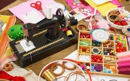 Los accesorios de costura visión superior, lugar de trabajo de la costurera, muchos se oponen para la costura, el bordado, hecho  Imagen de archivo libre de regalías