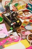 Los accesorios de costura visión superior, lugar de trabajo de la costurera, muchos se oponen para la costura, el bordado, hecho  Imagen de archivo