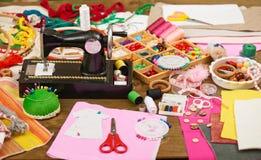 Los accesorios de costura visión superior, lugar de trabajo de la costurera, muchos se oponen para la costura, el bordado, hecho  Imagenes de archivo