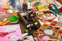 Los accesorios de costura visión superior, lugar de trabajo de la costurera, muchos se oponen para la costura, el bordado, hecho  Foto de archivo
