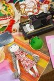 Los accesorios de costura visión superior, lugar de trabajo de la costurera, muchos se oponen para la costura, el bordado, hecho  Fotos de archivo libres de regalías