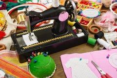 Los accesorios de costura visión superior, lugar de trabajo de la costurera, muchos se oponen para la costura, el bordado y la ar Foto de archivo