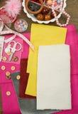 Los accesorios de costura visión superior, lugar de trabajo de la costurera, muchos se oponen para la costura, el bordado y la ar Fotos de archivo libres de regalías