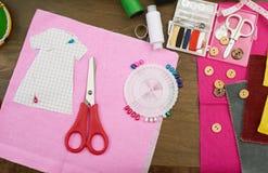 Los accesorios de costura visión superior, lugar de trabajo de la costurera, muchos se oponen para la costura, el bordado y la ar Fotografía de archivo