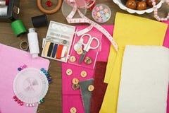 Los accesorios de costura visión superior, lugar de trabajo de la costurera, muchos se oponen para la costura, el bordado y la ar Fotos de archivo