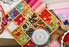Los accesorios de costura visión superior, lugar de trabajo de la costurera, muchos se oponen para la costura, el bordado y la ar Imagenes de archivo