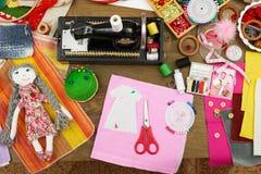 Los accesorios de costura visión superior, lugar de trabajo de la costurera, muchos se oponen para la costura, el bordado y la ar Imágenes de archivo libres de regalías