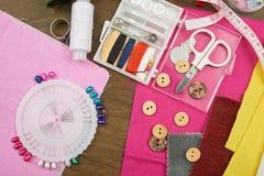 Los accesorios de costura visión superior, lugar de trabajo de la costurera, muchos se oponen para la costura, el bordado y la ar Imagen de archivo