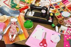 Los accesorios de costura visión superior, lugar de trabajo de la costurera, muchos se oponen para la costura, el bordado y la ar Imagen de archivo libre de regalías