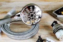 Los accesorios de fontanería del cobre de la llave de tubo rodaron encima de dibujos de construcción Foto de archivo libre de regalías
