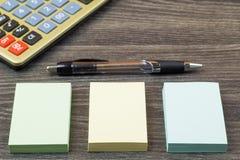 Los accesorios de la calculadora y de la escuela Imágenes de archivo libres de regalías