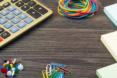 Los accesorios de la calculadora y de la escuela Imagen de archivo libre de regalías
