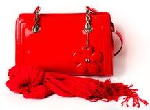 Los accesorios de las mujeres: bolso y bufanda rojos Fotos de archivo