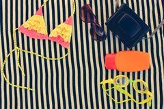 Los accesorios de las mujeres del verano para su día de fiesta del mar Imagen de archivo