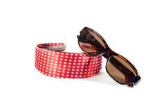 Los accesorios de las mujeres: el borde en la cabeza y las gafas de sol Fotografía de archivo libre de regalías
