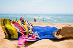Los accesorios de las mujeres en la playa arenosa Fotos de archivo