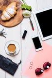 Los accesorios de las mujeres en un fondo blanco Imagen de archivo libre de regalías
