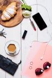 Los accesorios de las mujeres en un fondo blanco Fotografía de archivo libre de regalías