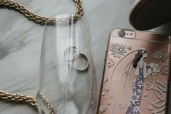 Los accesorios de las mujeres están en la tabla La cadena, tel?fono, anillos est? en la tabla imagen de archivo