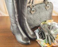 Los accesorios de las mujeres, guantes, bolso, zapatos, bufanda Para las mujeres elegantes Imagen de archivo libre de regalías