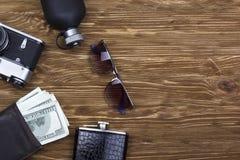 Los accesorios de los hombres: cartera, frasco, gafas de sol, cámara y perfume Foto de archivo libre de regalías