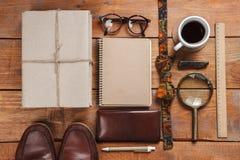 Los accesorios de los hombres en la tabla de madera Fotografía de archivo libre de regalías