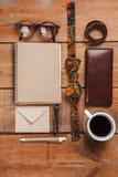Los accesorios de los hombres en la tabla de madera Foto de archivo