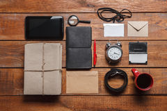 Los accesorios de los hombres en la tabla de madera Imagen de archivo libre de regalías