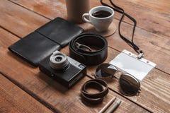 Los accesorios de los hombres en la tabla de madera Foto de archivo libre de regalías