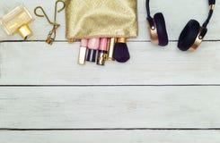 Los accesorios de oro de la mujer imitan encima de endecha del plano Estilo de Instagram Fotografía de archivo